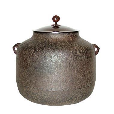 この鉄瓶/鉄器の形は阿弥陀堂肌紋釜です。